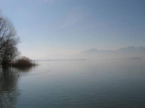 Blick von der Fraueninsel auf den Chiemsee am frühen Morgen